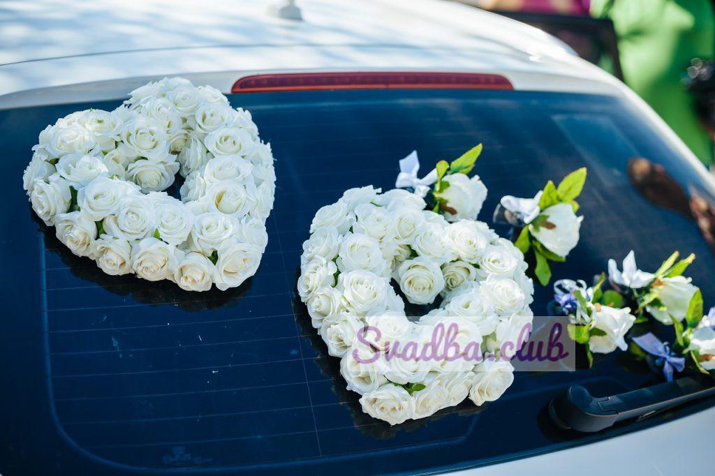 сердца из роз на стекле свадебного автомобиля