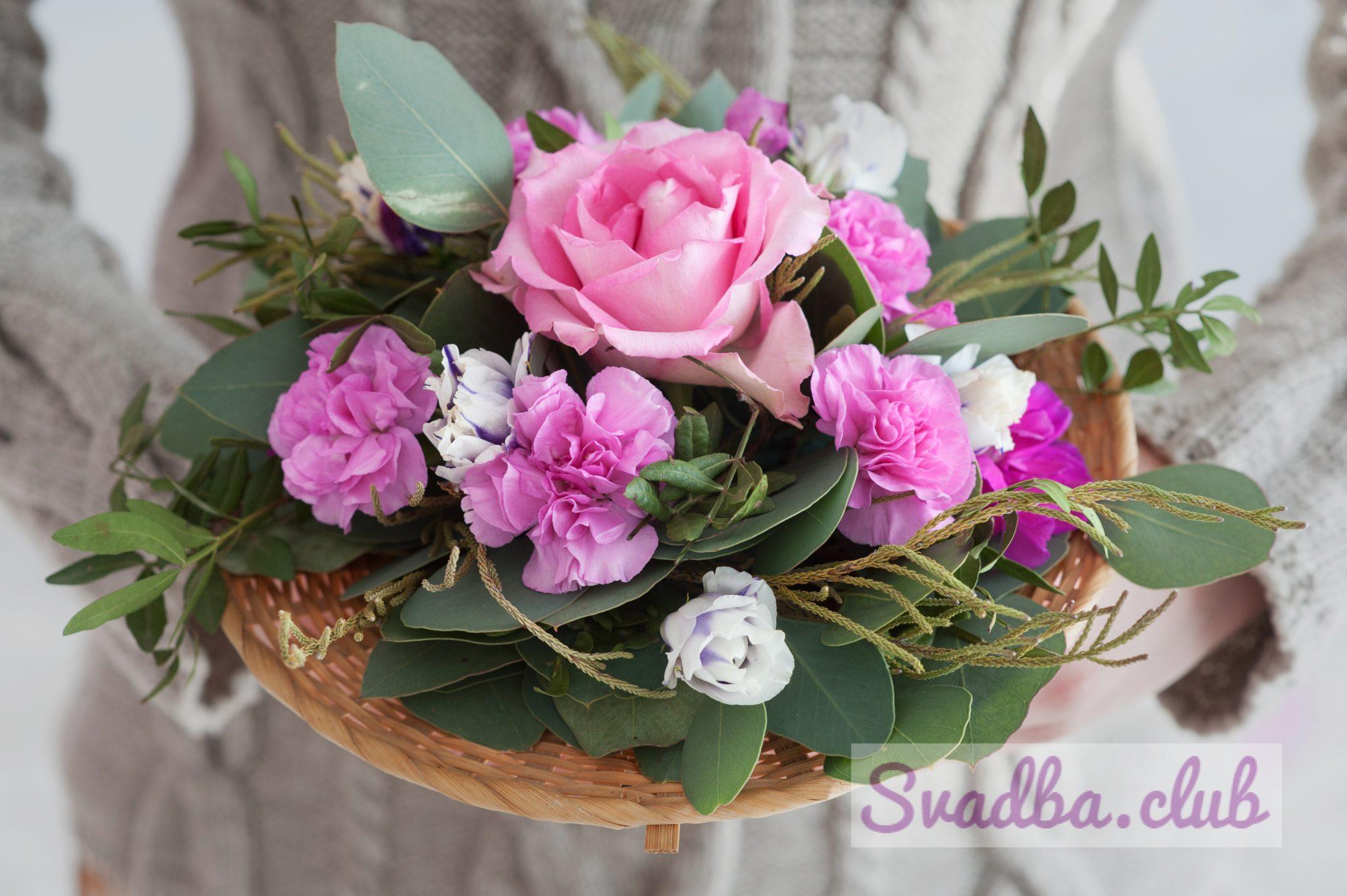 букет из диких роз, гвоздика с зелеными листьями эвкалипта