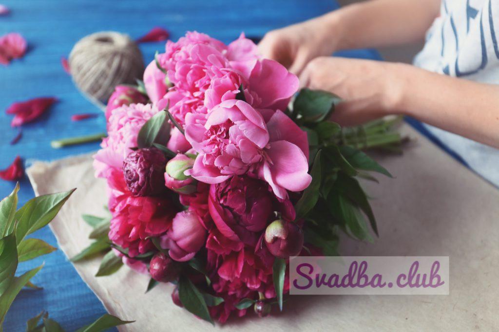 флорист делает букет красивых пионов в цветочный магазин, крупным планом