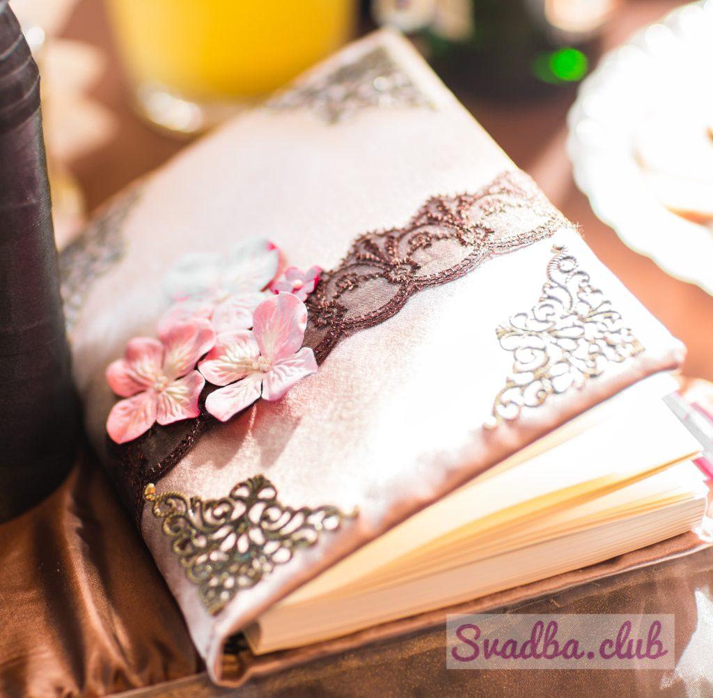 свадебная книга пожеланий, украшенная цветами и кружевами