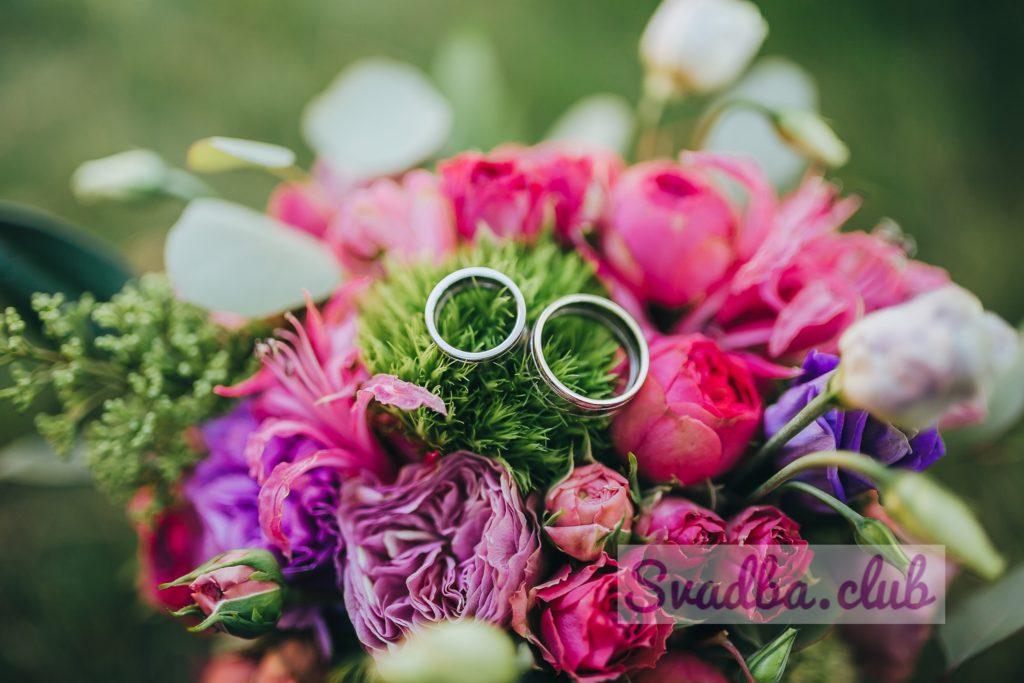 Фото букета пионовидных роз и кольца