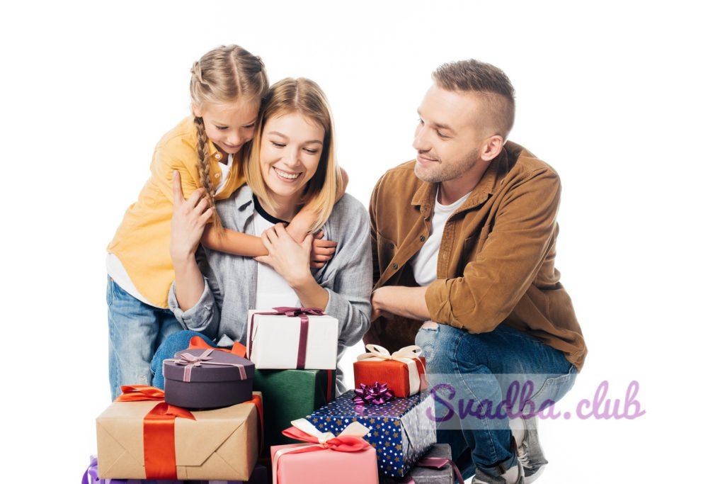 На фото дочь дарит родителям подарок на годовщину свадьбы