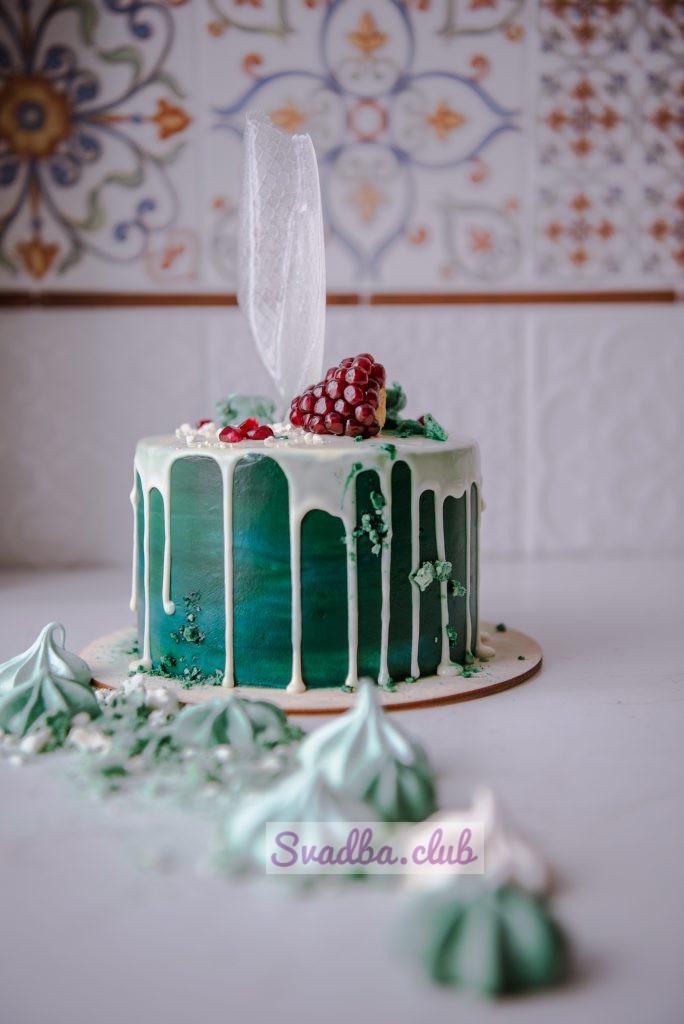 Десерт украшен шоколадом и фруктами