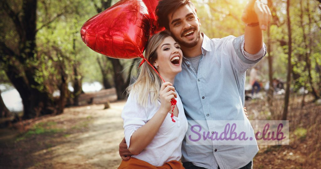 летние каникулы, празднование и знакомство - счастливая пара с разноцветными воздушными шарами