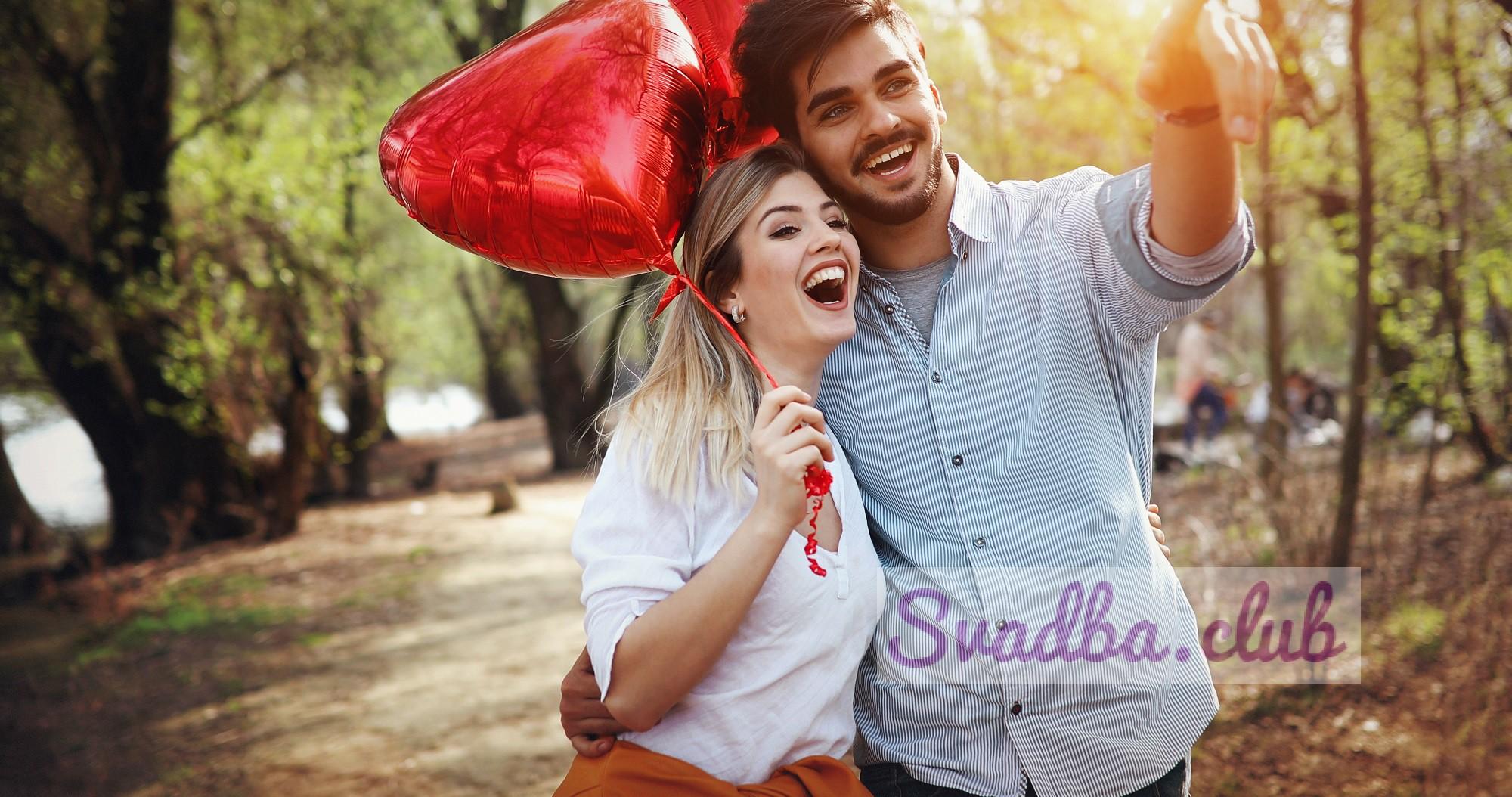 85/5000 летние каникулы, празднование и знакомство - счастливая пара с разноцветными воздушными шарами