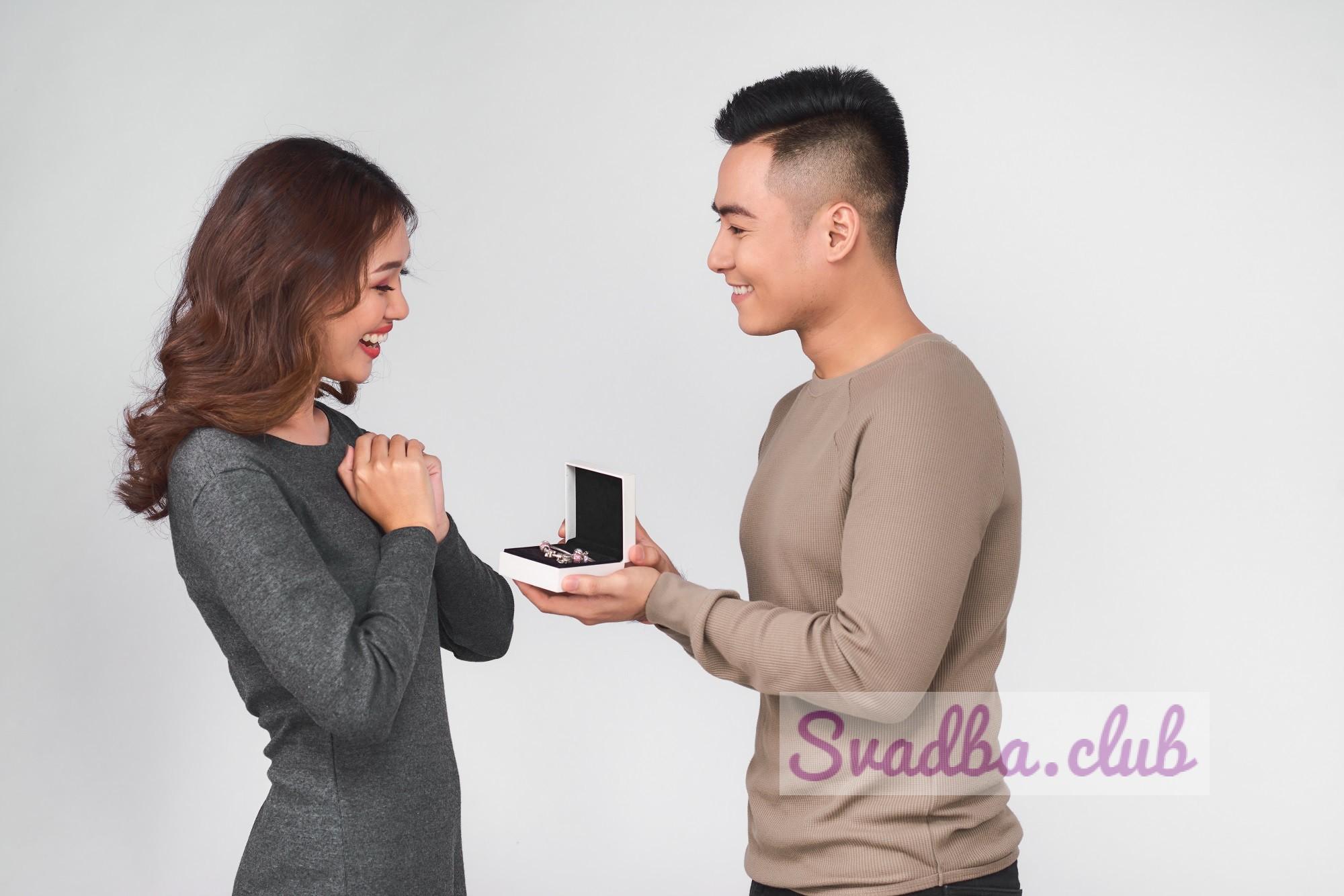 Парень дарит супруге на юбилей свадьбы ювелирное изделие